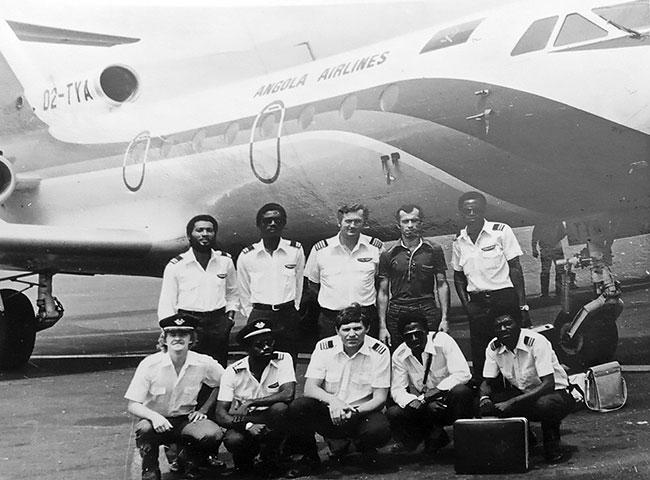 Сов. экипаж с обслуж персоналом аэродрома в Луанде