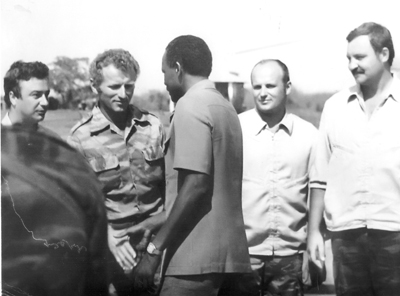 Президент  Ж.Э. душ Сантуш благодарит советского вертолетчика Михаила Сахарова за работу в Анголе