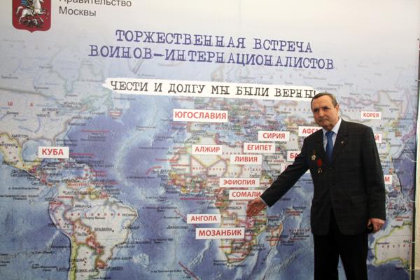 В. Шальнев у карты. К сожалению название страны Мозамбик написано с ошибкой