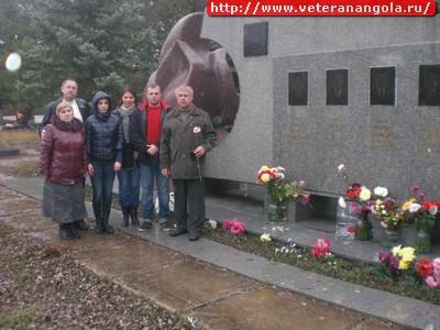У памятника погибшим в Анголе членам экипажа С. Лукьянова. Джанкой. Крым.
