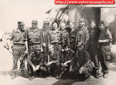 Группа советских военных советников, вывезенных из окруженной бригады экипажем вертолета Д. Кутонова. Стоят: четвертый слева Д. Кутонов, шестой  - Ю. Неверов. Сидит второй слева А. Мартынов