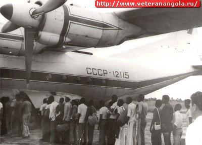Наши летчики с Ан-12 возили в Анголе и солдат  ФАПЛА,  и кубинцев,  и местных жителей